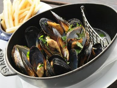 ムール貝の白ワイン蒸し 黒胡椒風味(仏産フライドポテト付)