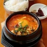 韓国定番料理を独自にアレンジ。毎朝ダシをひいて自家製のタレでいただきます。