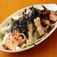 毎日お店で手作りしている豆腐を使った、ボリュームのあるサラダです。