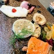 ◆前菜盛り合わせ(写真参考例)or本日のスープ  ◆本日の日替りパスタ  ◆自家製フォカッチャ  ◆デザート  ◆ドリンク