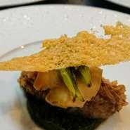 オマールエビのクネル 小松菜と五郎島金時のプュレ パルミジャーノのガレット添え