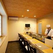 6名まで座れるカウンター席のお部屋には戸があり、閉めると個室感覚で使えます。小さなお子さんのお寿司デビューにも、周りを気にせず気兼ねなく家族で団らんできるので、人気の席です。