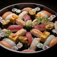 名前の由来は、どこから見ても寿司の向きが正面になるようにした配置から。寿司桶を囲んで楽しいひと時を。