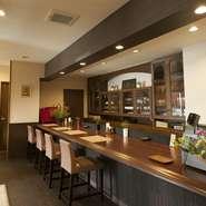 スッキリと整ったカウンター席は、ひとりの食事にも最適! さりげなく飾られたグリーンも素敵です。