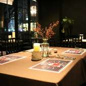 座り心地の良いファブリックソファ、シャープなデザインのカフェ