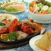 インド料理の代表的スナック『サモサ』(写真右手前)