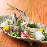 毎日地元の市場で店主自ら買い付けた魚を使った鮮度抜群の刺し盛り。 旬の美味しさが堪能できます。