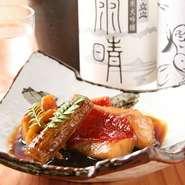 魚料理が全般的に得意で、特に煮物の味つけは料理人の腕の見せ所と感じています。お酒に合う味付け、優しい味付け、シチュエーションや素材、料理に合わせて味付けをしています。
