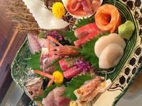 沼津港や戸田港から店主こだわりのトップレベルの魚を仕入れ、お造りにしています。 天然まぐろが入った刺身の盛り合わせです。