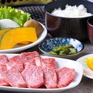 肩ロース&カルビ&ももに、地元の野菜を使用した焼野菜、ライス、フルーツなどが付いた、お得なセット。