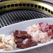 小腸、ハツ、レバー、シマ腸をはじめ、まれに稀少なタンが入荷することも。徹底して鮮度にこだわった、様々な部位の食感や味わいの違いをお楽しみください。