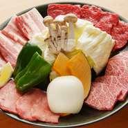 カルビ、ロース、上タン、豚バラ、野菜の盛り合わせ。野菜もたっぷり食べられる大満足のメニュー!
