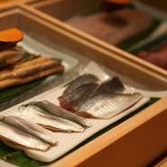 博多の『柳橋連合市場』より直送される鮮魚。店の開店前に岩瀬自身が博多を訪れ、お願いしたことで、旬の魚が直接市場より送られてきます。
