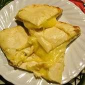 ボリューム満点! もっちりしっとりが人気の『チーズナン』