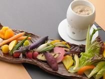 素材と産地にこだわり『旬野菜の麦味噌のバーニャカウダ』