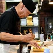 和食一筋40年、「美味しい料理をたくさんの人々に楽しんでもらいたい」と語る店主、岩崎氏。旬の魚介や野菜、肉料理を居酒屋定番メニューとして各種提供しています。老舗居酒屋ならではの雰囲気も抜群のお店です。