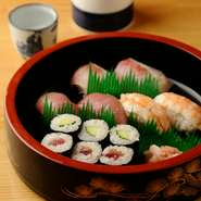 おちょこを傾けながらお寿司をつまむ至福のとき