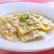 パスタに肉、野菜、チーズを詰めて茹でた『ラビオリ』は、イタリアではポピュラーな家庭料理の1つです。