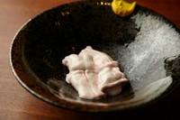豚の脊髄は、なんと豚6頭分を1人前に使用。かなりの希少部位なので味わって損なし。