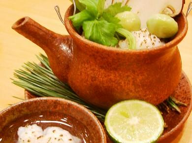 【おまかせ懐石】吟味した旬の食材を堪能 昼の特別コース風味を味わう季節の一品『松茸土瓶蒸し』