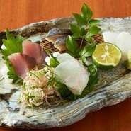 大切なお客様との大切なお話もゆっくりできる個室。 美味しい日本各地のお食事とお酒で商談もスムーズに。 お料理はお一人お一人分をお分けして銘銘盛りにてお出しさせていただきます。