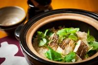 月替わりに、旬の食材でお作りします。お時間を40分~60分程頂きます。2人前からのご注文をお願いします。(鯛と梅の土鍋ご飯)常に5~6種、ご用意しております。