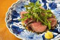 柔らかく濃いあか牛の旨みを山椒ソースで。お肉の入荷により。
