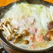 ★前日までのご予約制★鳥取 大山鶏の濃厚な白湯スープと、もも肉とつくねお野菜で身体があたたまるお鍋。間も無く、天草の九絵鍋も始まります。(2人前から)近々1人前からもお受けできるように準備しています。