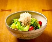 シンプルな野菜のサラダです。濃厚な特製野菜ドレッシングは、食欲をかきたてます。