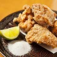 鳥取 朝引き大山鶏の唐揚げ。定番の唐揚げですが、吉乃坐の隠れた人気メニューです。大きめ5個です。山椒塩と国産レモンにて。