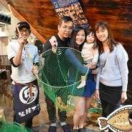 船から自分で釣った魚は、その場で調理。刺身、寿司、焼魚、煮付け、フライ、天ぷらなどのお好みに。半身づつ違う調理も可能です。また、お値段も安くなってお得です。http://www.zauo.com/howto.html