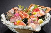 活きサザエ・マグロ・カンパチ・サーモン・ホタテ・赤海老・白身・・・7種盛り (約4名盛り)