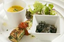 3種類の前菜とサラダの盛り合わせ