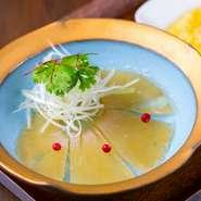 気仙沼産・吉切鮫の尾ビレを使った、歯ごたえのある大人気の前菜です。