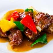 神戸ポーク(高尾牧場)を使った鮮度抜群のスペアリブに、オリジナルの上海黒酢を使った人気の一品。