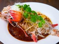淡路島・岩屋港の旬の鮮魚を、伝統的な香港海鮮料理の手法で調理した逸品です。