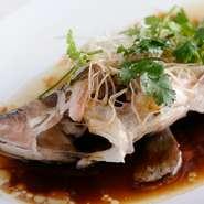 活アコウを丸ごと香港風に蒸した料理です。瀬戸内の旬の味を余すところなくいただけます。