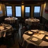 香港の高級料理店をイメージした落着いたら雰囲気。5名様よりご予約賜ります。貸切は15名様から24名様迄。