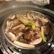 海鮮、肉、野菜などその日に仕入れた「極上の食材」を【雲南式蒸し鍋】で食材ごとに蒸し、タレに付けて頂きます。蒸しているので旨味を一切逃さず、極上の食材本来のお味が楽しめます♪