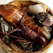 地元淡路島から仕入れる魚介類はもちろん、日本全国から選りすぐりの食材を集め、レベルの高い香港コックが仕上げています。とにかく美味しい広東料理をご堪能ください。