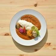 北海道産ブランド豚「十勝野ポーク」を使用したスパイスカレーが登場! 酸味と辛味のバランスGOODです。 ※数量限定