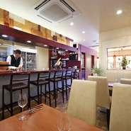 店のキッチンがオープン形式なのは、ベストタイミングで調理・接客したいからというオーナーシェフの意向。