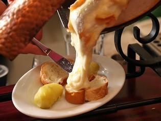 放牧牛から作られた、コクたっぷりのラクレットチーズ