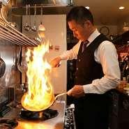 大切にしているのは、スタッフが付かつ離れずの距離感でお客様を見ている、という空気。お皿が空いたら下げる、ワイングラスが空いたら注ぐという動きが、心地よいタイミングでできるように心掛けています。