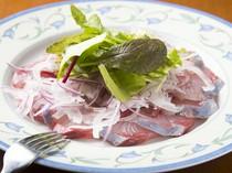 新鮮な魚の味わい深さ『鮮魚のカルパッチョ』