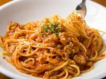 人気の『サルシッチャと玉ネギのトマトソースのスパゲッティー』