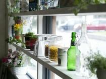 雑貨や小さな花、緑が窓辺を飾る