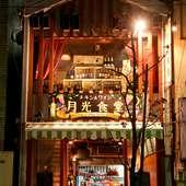 街中で一際目を引くオシャレな【チキン&ワイン 月光食堂】
