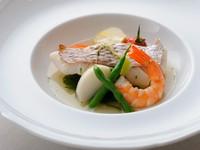 天然鮮魚と野菜をストウブ鍋でハーブ蒸しに。旨みたっぷりのスープと豊かな香りで、リラックスできます。