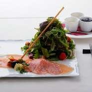 『前菜の盛り合わせ』はその日に仕入れる美味しい食材でつくるオススメを堪能できます。